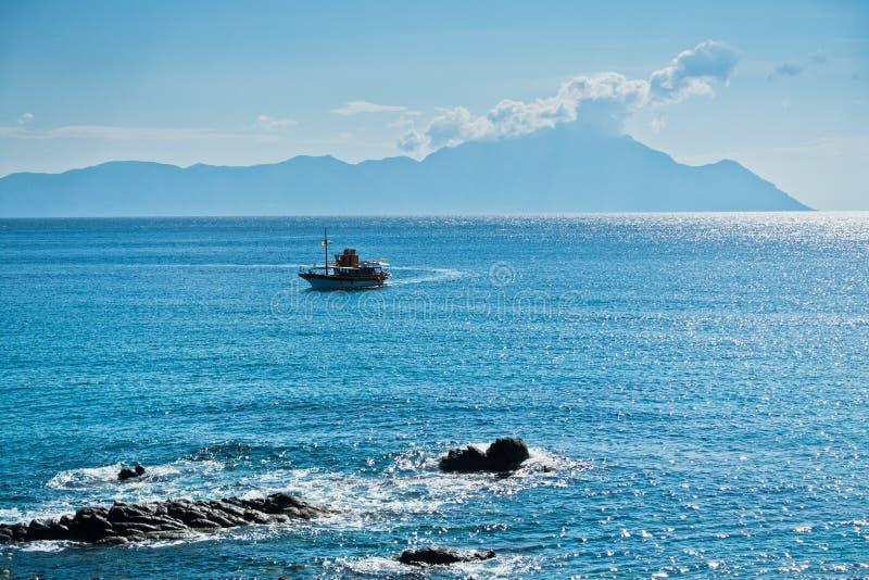 Το σκάφος αποφεύγει τους επικίνδυνους βράχους κοντά σε Sarti σε Sithonia στοκ εικόνες με δικαίωμα ελεύθερης χρήσης