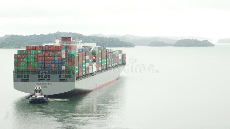 Το σκάφος εμπορευματοκιβωτίων γεφυρών του Ελσίνκι που διασχίζει το κανάλι του Παναμά στοκ φωτογραφίες