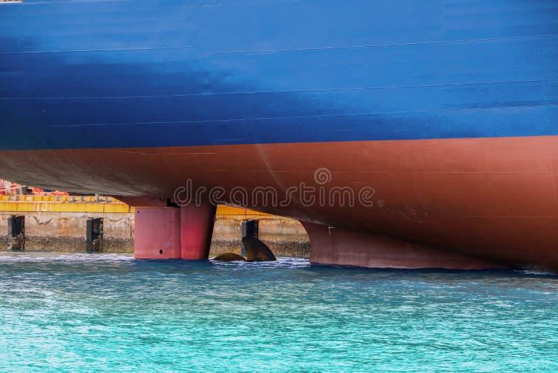 Το σκάφος κινηματογραφήσεων σε πρώτο πλάνο έδεσε παράλληλα στη θάλασσα στοκ φωτογραφίες