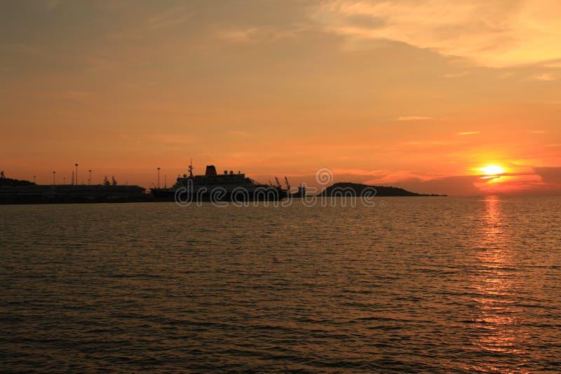 το σκάφος το ηλιοβασίλεμα στοκ φωτογραφία
