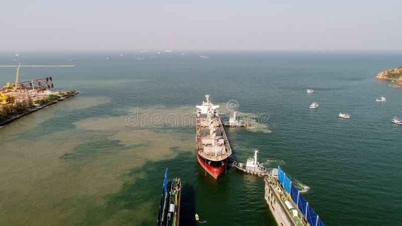 Το σκάφος φορτίου πηγαίνει να στείλει το ναυπηγείο στοκ φωτογραφία