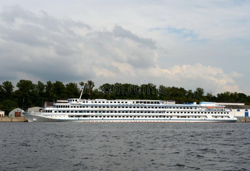 Το σκάφος Ivan Bunin μηχανών δένεται στο βόρειο σταθμό ποταμών στη δεξαμενή Khimki στη Μόσχα στοκ φωτογραφία με δικαίωμα ελεύθερης χρήσης