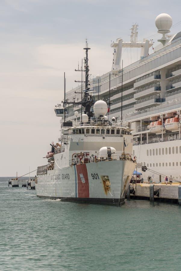 Το σκάφος USCG αντέχει ελλιμενισμένος παράλληλα με την πριγκήπισσα νησιών στο λιμάνι Santa Cruz στοκ φωτογραφίες