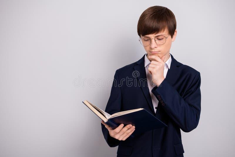 Το σκεπτικό απασχολημένο αγόρι πορτρέτου προετοιμάζει την εργασία παίρνει τη νέα γνώση θέλει είναι κύκλος παλαμών δάχτυλων χεριών στοκ φωτογραφίες