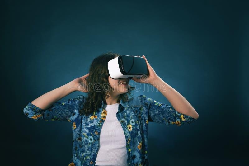 Το σκοτεινός-μαλλιαρό κορίτσι κοιτάζει στα γυαλιά της εικονικής πραγματικότητας, μπλε τόνοι στοκ φωτογραφίες με δικαίωμα ελεύθερης χρήσης
