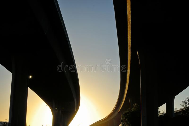 Το σκούπισμα ορμώντας των σκιαγραφιών των ανταλλαγών αυτοκινητόδρομων στοκ εικόνες