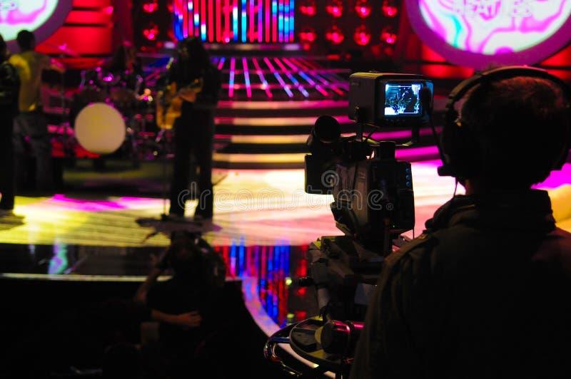 Το σκόπευτρο καμερών, στούντιο TV, ζωντανό παρουσιάζει, σκιαγραφία καμεραμάν στοκ φωτογραφίες