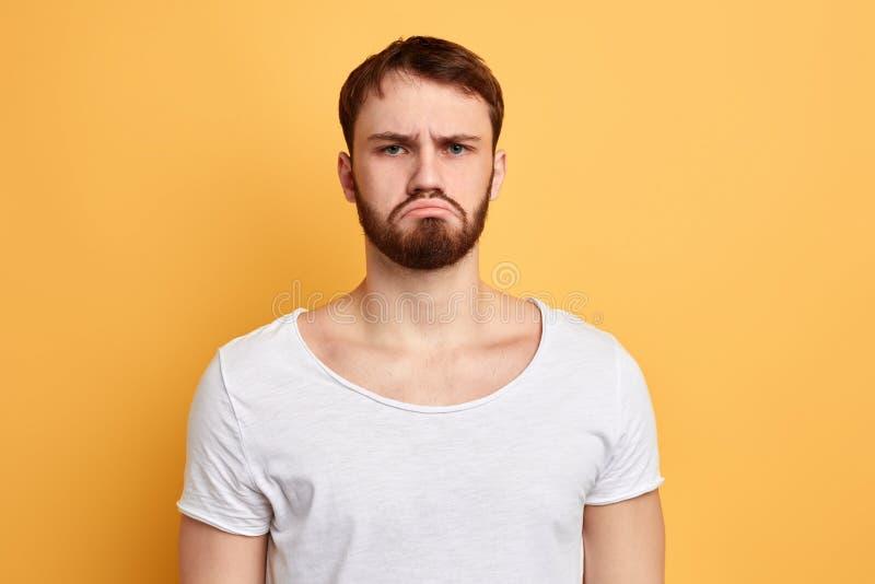 Το σοβαρό λυπημένο άτομο εκφράζει τη λυπημένη έκφραση στοκ εικόνα με δικαίωμα ελεύθερης χρήσης
