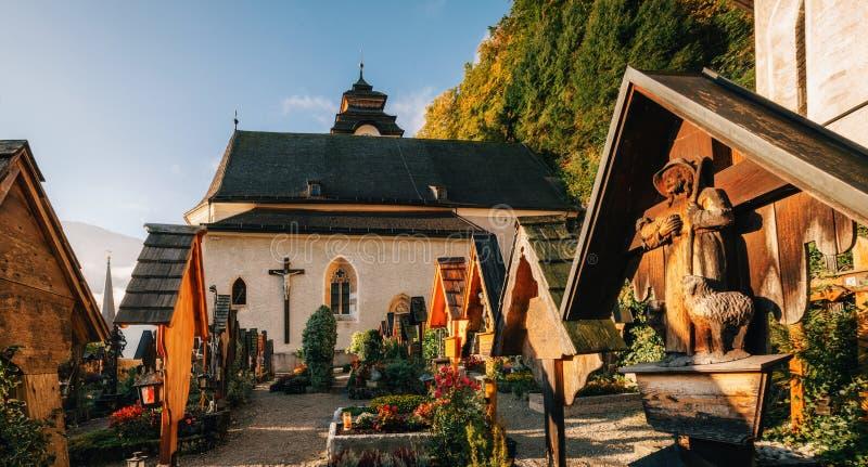 Το σοβαρό ναυπηγείο κοντά στην εκκλησία σε Hallstatt στοκ εικόνα