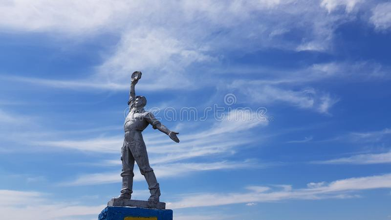 Το σοβιετικό άγαλμα τέχνης του εργαζομένου σε ισχυρό θέτει με το υπόβαθρο ουρανού Κοινωνικό μνημείο ρεαλισμού στην επαρχία της Οδ στοκ εικόνες
