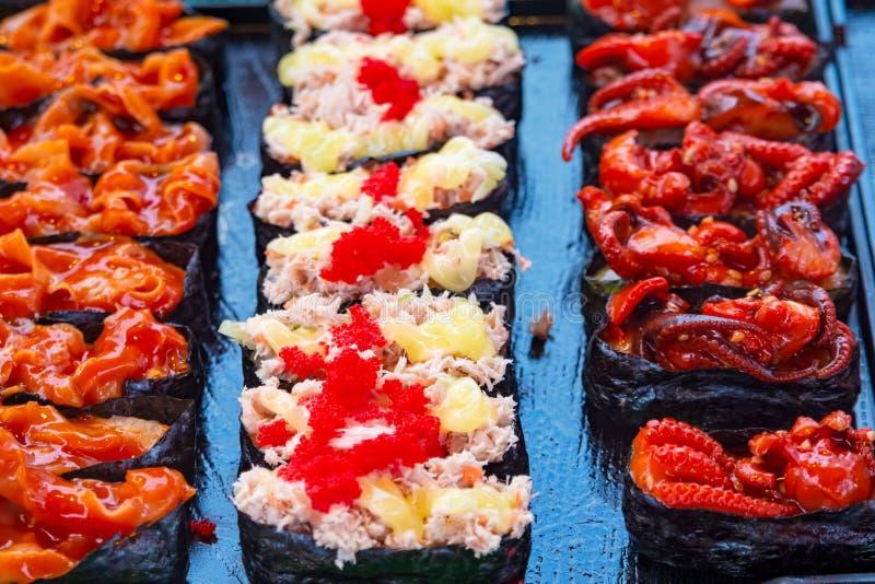 Το σούσι κυλά την ιαπωνική λιχουδιά Ιαπωνικά παραδοσιακά τρόφιμα από το ρύζι και τα ψάρια ή θαλασσινά, Ταϊλάνδη, Ασία στοκ φωτογραφίες