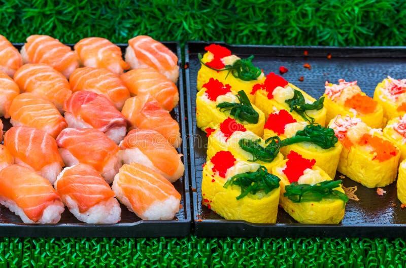 Το σούσι κυλά την ιαπωνική λιχουδιά Ιαπωνικά παραδοσιακά τρόφιμα από το ρύζι και τα ψάρια ή θαλασσινά, Ταϊλάνδη, Ασία στοκ εικόνα