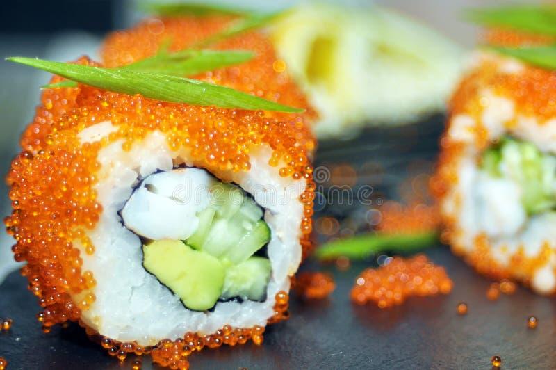 Το σούσι κυλά την κινηματογράφηση σε πρώτο πλάνο Ιαπωνικά τρόφιμα στο εστιατόριο Ρόλος σουσιών Καλιφόρνιας που τίθεται με το σολο στοκ φωτογραφία