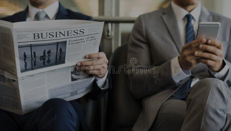 Το σπάσιμο επιχειρησιακών ατόμων κάθεται τη διαβασμένη εφημερίδα στοκ εικόνες