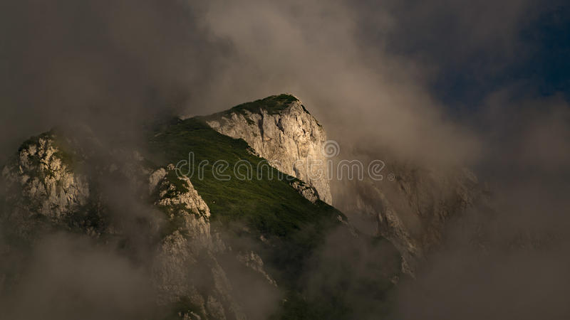 το σπάσιμο ΚΑΠ χιονοστιβάδων που αφέθηκε το βουνό την έτοιμη σωστή σκιά έλαμψε κορυφή χιονιού κλίσεων στην κορυφή στοκ φωτογραφία με δικαίωμα ελεύθερης χρήσης