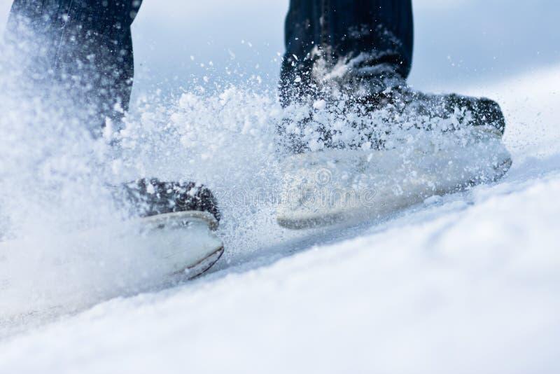 το σπάσιμο του πετώντας πάγου κάνει πατινάζ δύο στοκ φωτογραφίες
