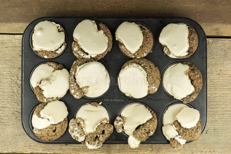 Το σπίτι έκανε ψημένα muffins με το καφετί πάγωμα στοκ φωτογραφία με δικαίωμα ελεύθερης χρήσης