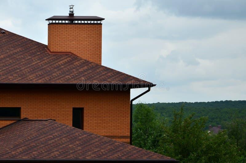 Το σπίτι είναι εξοπλισμένο με το υψηλής ποιότητας υλικό κατασκευής σκεπής των κεραμιδιών πίσσας βοτσάλων Ένα καλό παράδειγμα του  στοκ φωτογραφίες με δικαίωμα ελεύθερης χρήσης