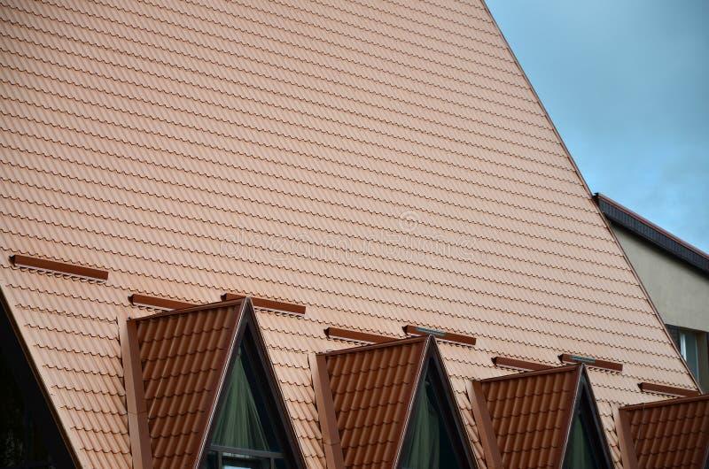 Το σπίτι είναι εξοπλισμένο με το υψηλής ποιότητας υλικό κατασκευής σκεπής των κεραμιδιών μετάλλων Ένα καλό παράδειγμα του τέλειου στοκ φωτογραφία με δικαίωμα ελεύθερης χρήσης