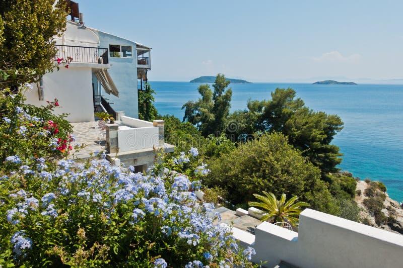 Το σπίτι εν όψει των νησιών Sporades από πολλά όμορφα λουλούδια στην παλαιά πόλη Skiathos στοκ φωτογραφία