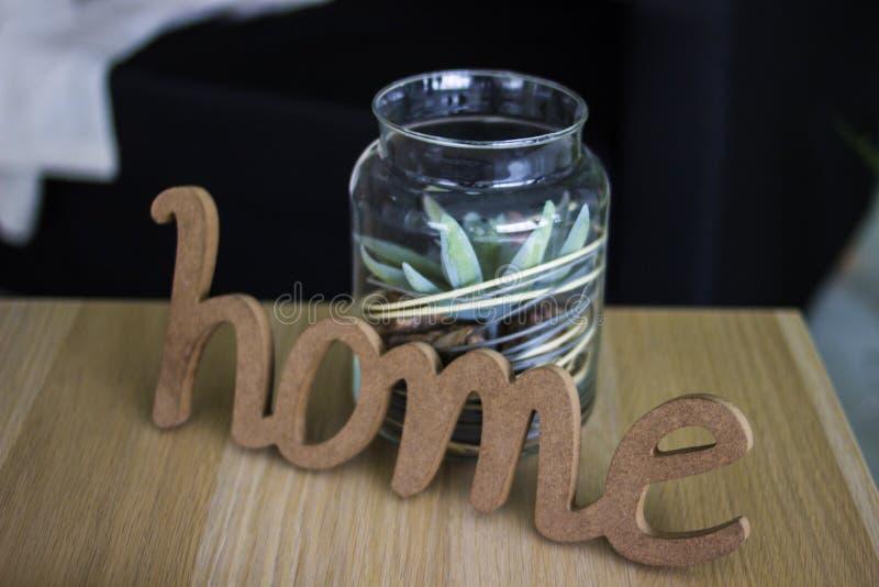 Το σπίτι λέξης αποτελείται από το ξύλο και easel Ξύλινη επιγραφή houme Μια λέξη φιαγμένη από ξύλο Τράπεζα στοκ φωτογραφία