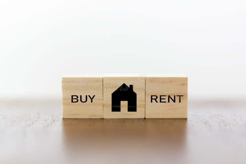 Το σπίτι με αγοράζει ή νοικιάζει την επιλογή στοκ φωτογραφία με δικαίωμα ελεύθερης χρήσης