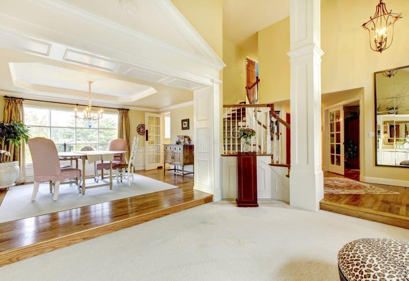 Το σπίτι πολυτέλειας διακόσμησε καλά το χρυσό καθιστικό με τον μπεζ τάπητα στοκ φωτογραφία με δικαίωμα ελεύθερης χρήσης