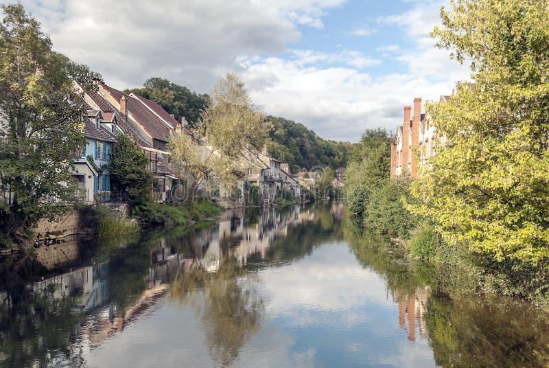 Το σπίτι πλησιάζει στον ποταμό στοκ εικόνες
