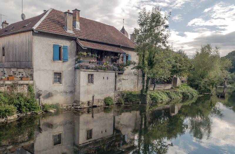 Το σπίτι πλησιάζει στον ποταμό στοκ φωτογραφία με δικαίωμα ελεύθερης χρήσης