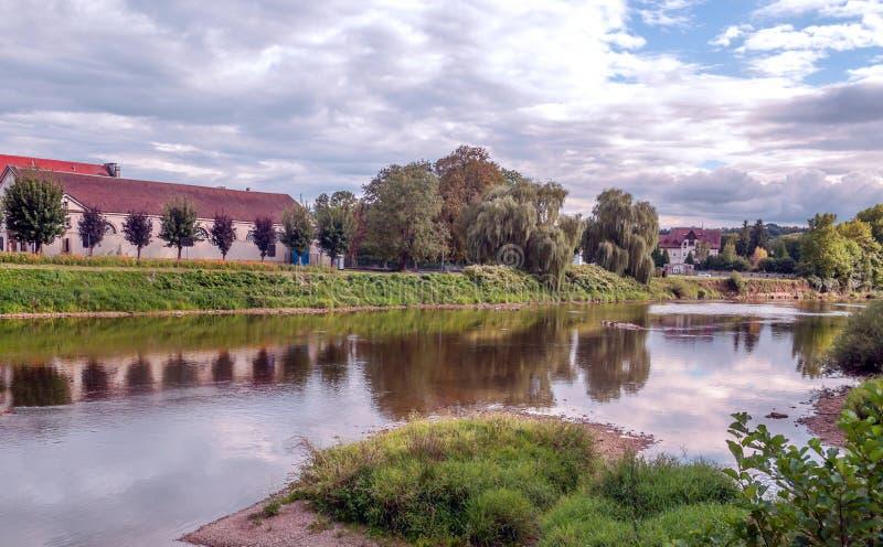 Το σπίτι πλησιάζει στον ποταμό στοκ εικόνα με δικαίωμα ελεύθερης χρήσης