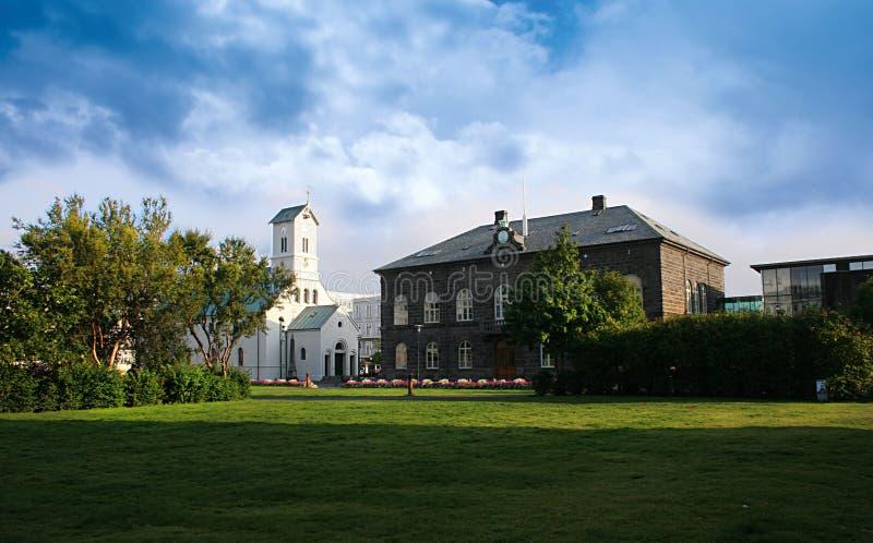 Το σπίτι του Κοινοβουλίου και ο καθεδρικός ναός στο κεντρικό Ρέικιαβικ Ισλανδία μια όμορφη θερινή ημέρα στοκ φωτογραφία με δικαίωμα ελεύθερης χρήσης