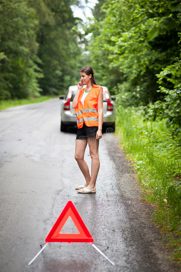 το σπασμένο αυτοκίνητο κάτω από το θηλυκό οδηγών την έχει στοκ εικόνα με δικαίωμα ελεύθερης χρήσης
