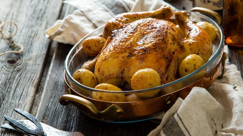 Το σπιτική εύγευστη ψημένη κοτόπουλο ή η Τουρκία με ολόκληρες τις πατά στοκ φωτογραφία με δικαίωμα ελεύθερης χρήσης