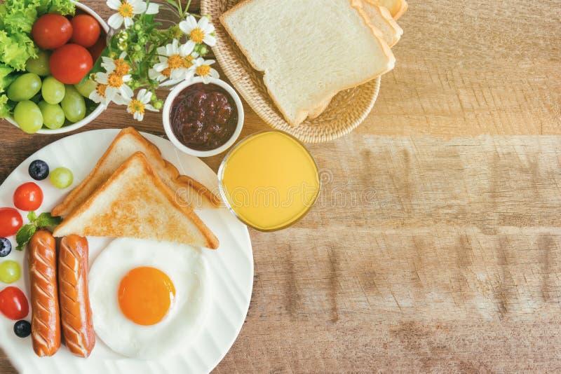 Το σπιτικό αμερικανικό πρόγευμα με την ηλιόλουστη πλευρά τηγάνισε επάνω τη φρυγανιά s αυγών στοκ φωτογραφίες