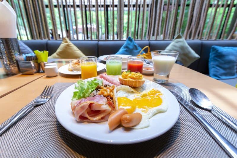 Το σπιτικό αμερικανικό πρόγευμα με την ηλιόλουστη πλευρά τηγάνισε επάνω τη φρυγανιά s αυγών στοκ φωτογραφία