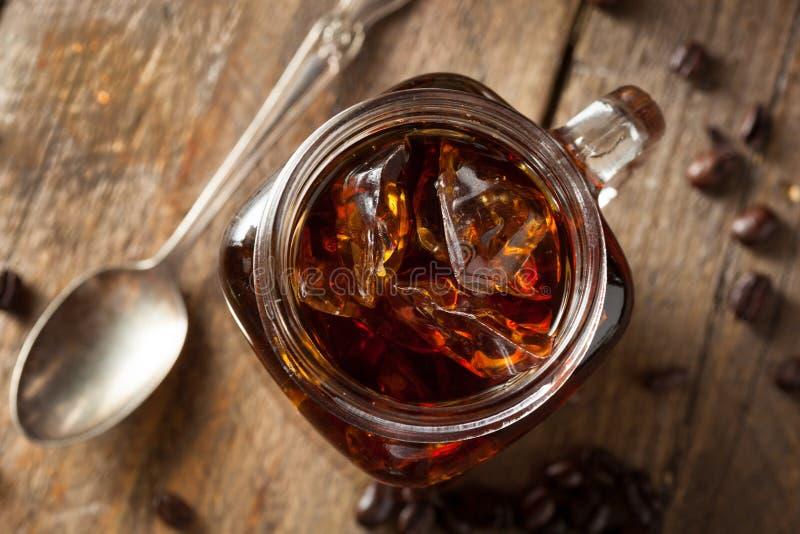 Το σπιτικό κρύο παρασκευάζει τον καφέ στοκ εικόνα