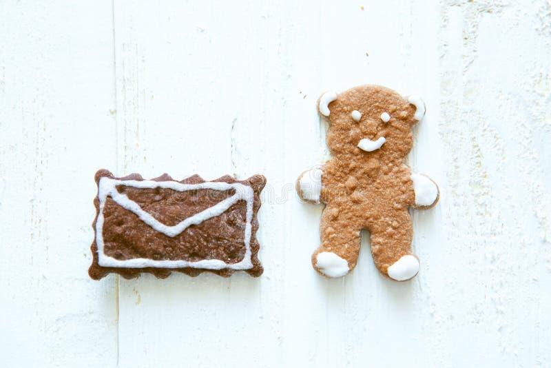 Το σπιτικό μελόψωμο αντέχουν και το μπισκότο φακέλων στο άσπρο ξύλινο υπόβαθρο στοκ φωτογραφία με δικαίωμα ελεύθερης χρήσης