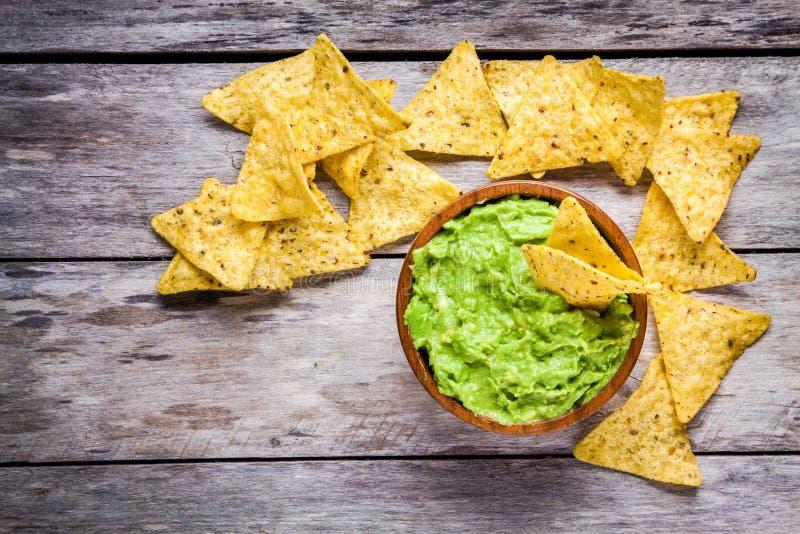 Το σπιτικό guacamole με το καλαμπόκι πελεκά τη τοπ άποψη στοκ εικόνες με δικαίωμα ελεύθερης χρήσης