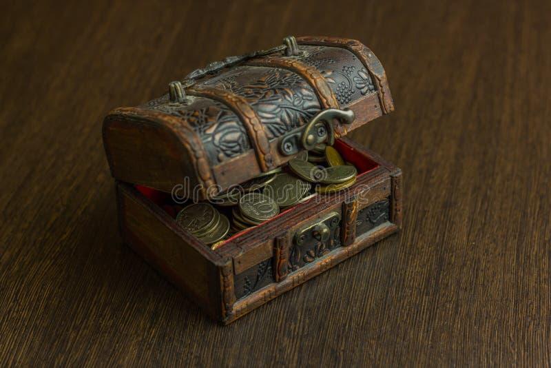 Το στήθος θησαυρών με το παλαιό ρωσικό νόμισμα και έχει ένα ξύλινο πάτωμα στο υπόβαθρο στοκ φωτογραφία με δικαίωμα ελεύθερης χρήσης