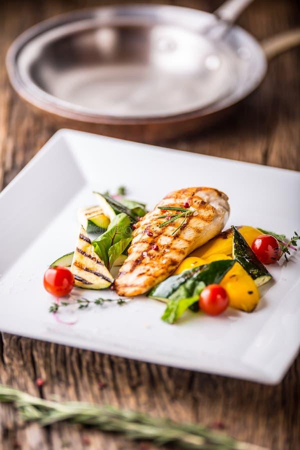 Το στήθος κοτόπουλου σχαρών έψησε τα λαχανικά με το ψημένο στήθος κοτόπουλο κοτόπουλου με τα λαχανικά στο δρύινο πίνακα στη σχάρα στοκ εικόνες με δικαίωμα ελεύθερης χρήσης
