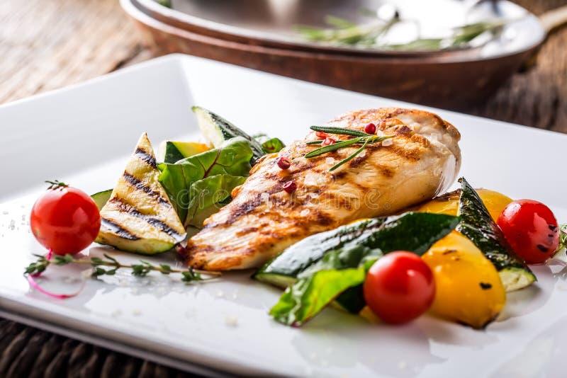 Το στήθος κοτόπουλου σχαρών έψησε τα λαχανικά με το ψημένο στήθος κοτόπουλο κοτόπουλου με τα λαχανικά στο δρύινο πίνακα στη σχάρα στοκ εικόνες