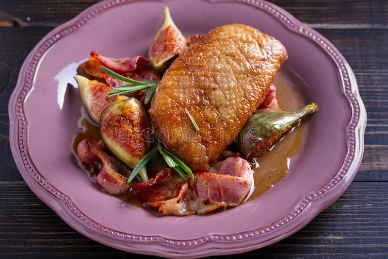 Το στήθος παπιών με το pancetta, το δεντρολίβανο και τα σύκα, έψησε στη σάλτσα μελιού στοκ εικόνες