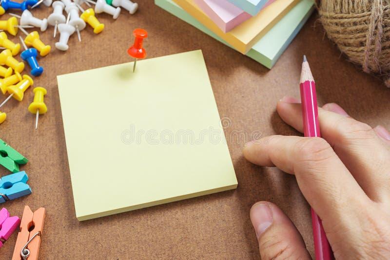 Το στενό επάνω έγγραφο σημειώσεων εικόνων καρφώνει την κόκκινη καρφίτσα στοκ εικόνα με δικαίωμα ελεύθερης χρήσης