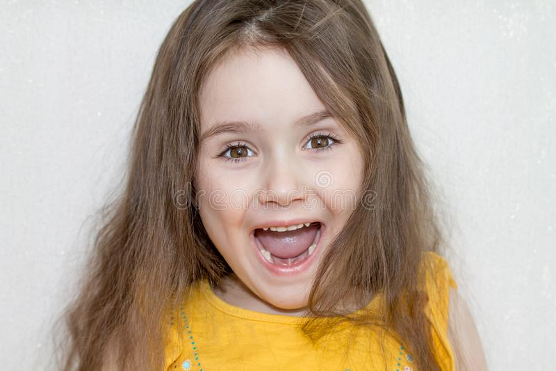 Το στενό επάνω πορτρέτο του προσώπου του μικρού κοριτσιού με τα ελλείποντα μπροστινά χαμηλότερα δόντια γάλακτος σε ένα στόμα χαμό στοκ εικόνες με δικαίωμα ελεύθερης χρήσης
