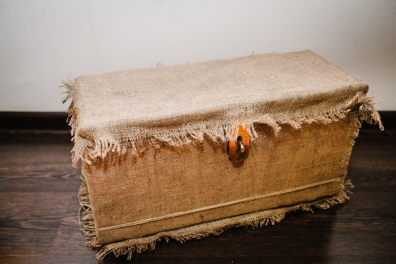 Το στενό κιβώτιο δώρων συσκευάζεται sackcloth Έκπληξη ζωή στο αναδρομικό, αγροτικό ύφος στο υπόβαθρο στοκ εικόνες με δικαίωμα ελεύθερης χρήσης
