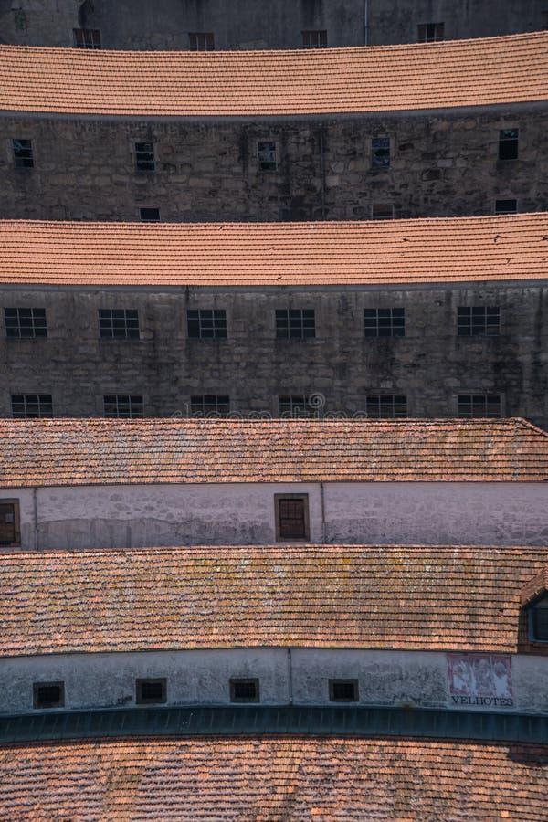 Το στενό οι πάροδοι και οι κόκκινες ισπανικές κεραμωμένες στέγες του Πόρτο Πορτογαλία στοκ φωτογραφία με δικαίωμα ελεύθερης χρήσης