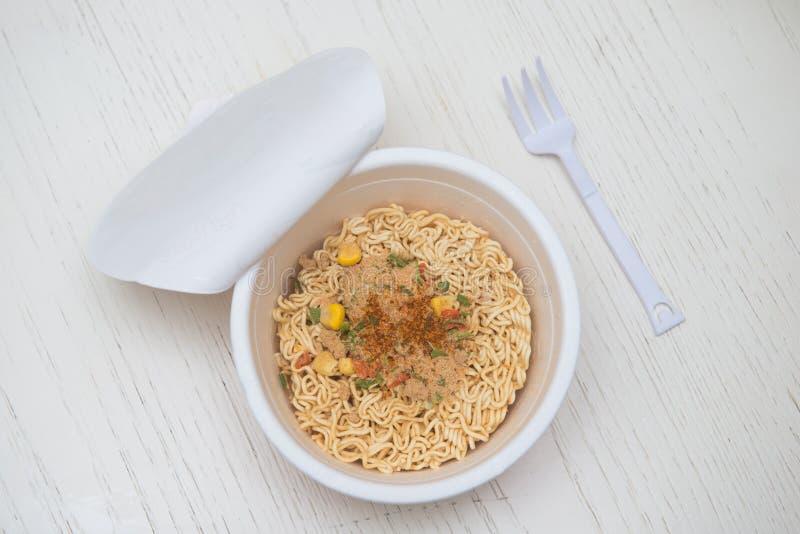 Το στιγμιαίο νουντλς που μαγειρεύει γρήγορα για τρώει στοκ εικόνα
