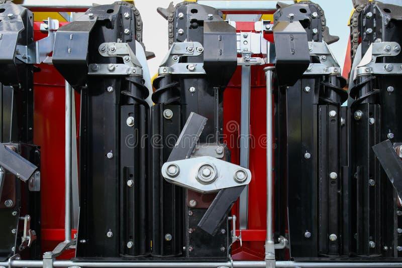Το στοιχείο του συστήματος μηχανών του νέου σύγχρονου γεωργικού τρακτέρ ή συνδυάζει ή θεριστική μηχανή στοκ φωτογραφία