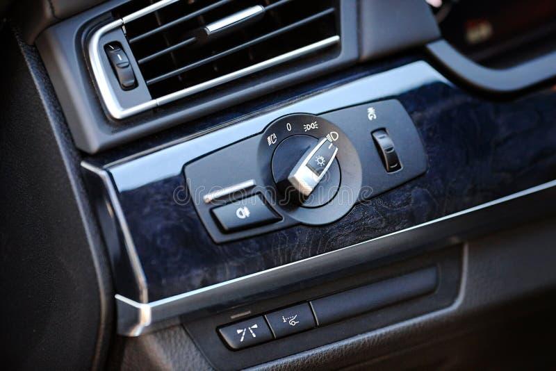 Το στοιχείο του σύγχρονου εσωτερικού διακόπτη αυτοκινήτων πολυτέλειας για τους μπροστινούς προβολείς της υψηλής ακτίνας φω'των χώ στοκ φωτογραφία