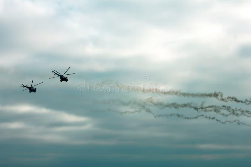 Το στρατιωτικό ελικόπτερο έβαλε φωτιά στα αντιθωρακισμένα βλήματα στο ηλιοβασίλεμα στοκ εικόνες